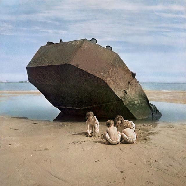 Enfants jouant sur la plage omaha beach, normandie, 1947. via