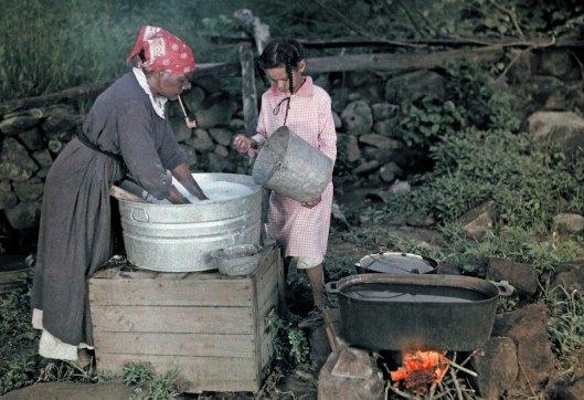 1926: une femme âgée et une petite fille font la lessive, à proximité de Sperryville (Virginie).