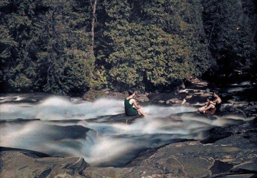 1927: détente dans le ruisseau par une chaude journée d'été.