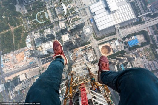 daredevils-climb-scale-ping-an-finance-centre-shenzhen-2