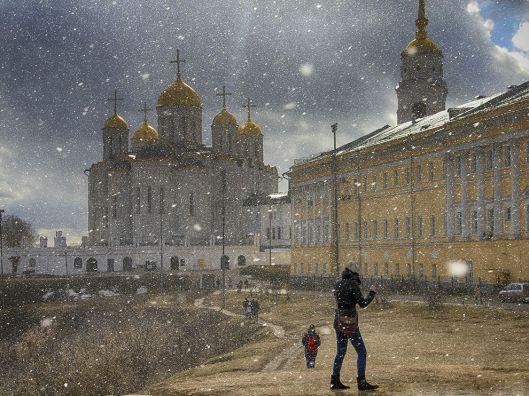 snow-people-walking_89914_990x742