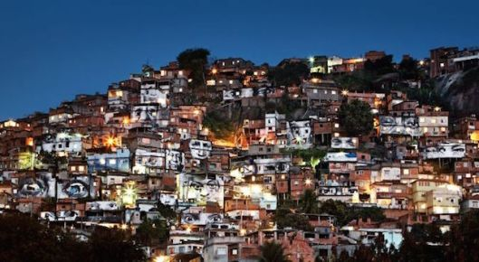 20.-Action-dans-la-Favela-Morro-da-Providência-Favela-de-nuit-Rio-de-Janeiro-Brésil-2008