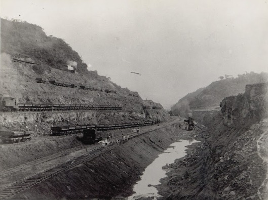 3. The railroad in use in the Culebra Cut, December 1904