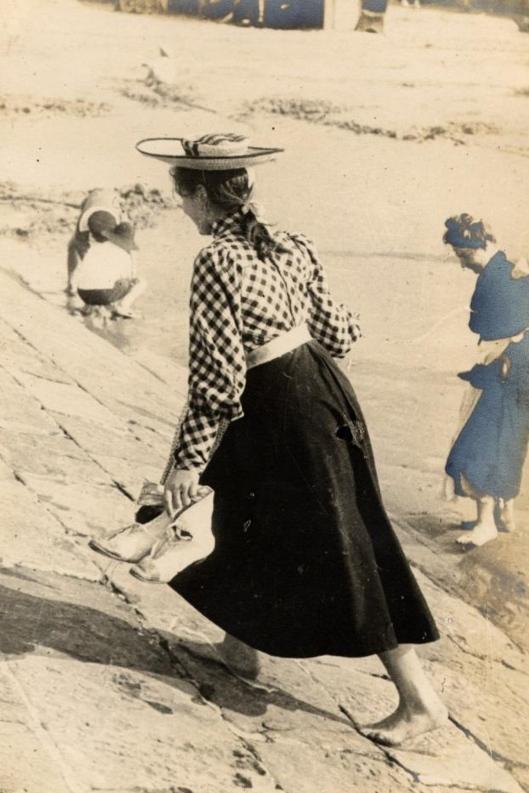 23 juillet 1906. Une jeune fille sur la plage d'Ostende en Belgique.