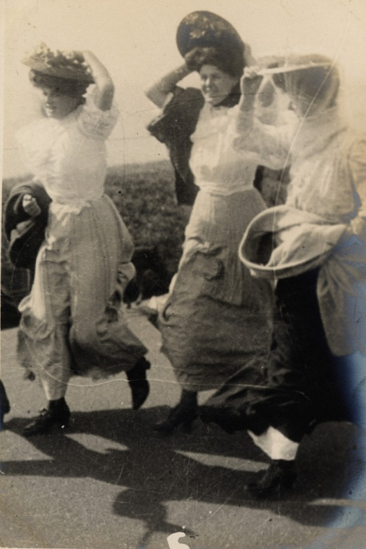 17 septembre 1906. A Folkestone, ces jeunes filles affrontent le vent en retenant leurs chapeaux.