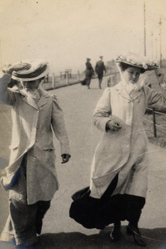 17 septembre 1906. Ces deux femmes ont attaché leurs chapeaux grâce à un voile.
