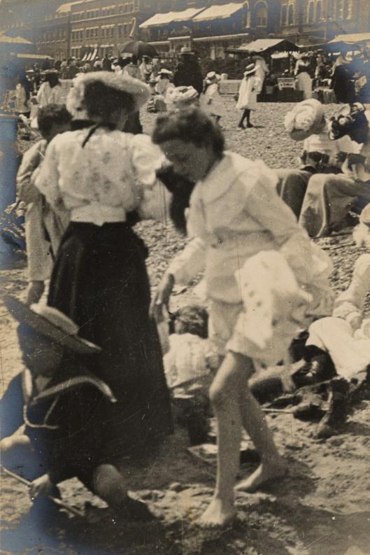 30 juillet 1906: la plage à Weymouth est bondée.