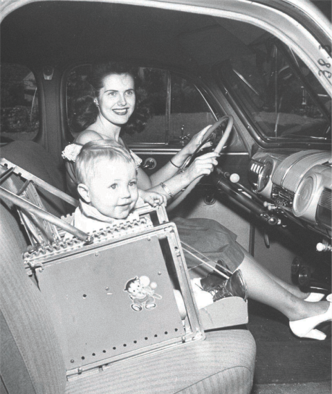C'est à partir des années 1940 qu'on commence à surélever les sièges pour que les enfants puissent voir à travers la vitre. Ce siège en particulier est