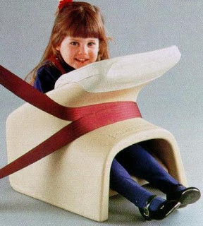 """Ce truc qui ressemble à l'embout d'un aérosol pour asthmatique hing to a modern car seat is 1968's """"Tot-Guard"""" made by the Ford Motor Company. The molded plastic chair was buckled into place by the existing seat belt, and featured a padded console in front of the child to cushion the impact in an accident. General Motors soon came out with their own safety seat, the Loveseat for Toddlers, followed closely by the rear-facing Loveseat for Infants."""