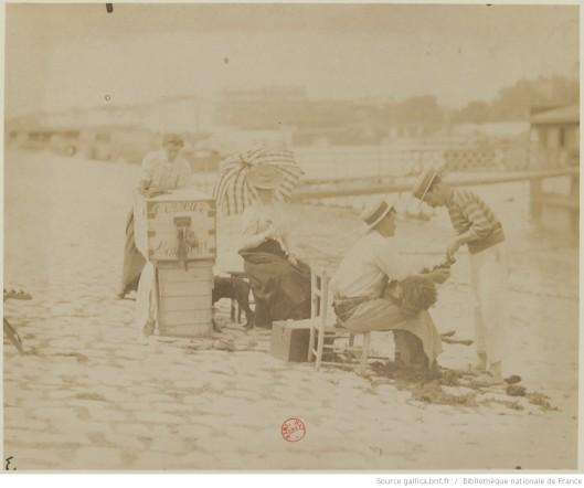 Tondeurs de chiens (1899-1900). Photographie d'Eugène Atget. Source.
