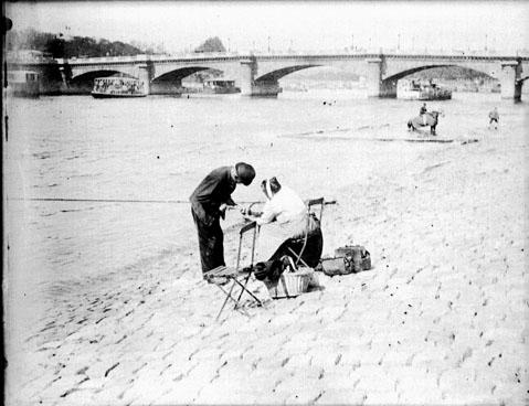 Tondeur de chiens, quai des Tuileries, Paris, avril 1898. Photographie de Eugène Trutat. Source.