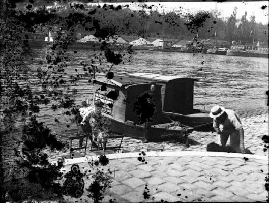 Hermagis, laveur de chiens, quais de Seine, Paris, juillet 1892. Photographie de Eugène Trutat. Source
