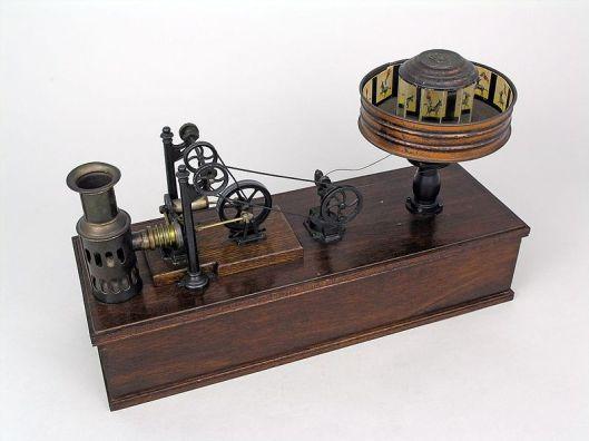 n praxinoscope œuvre d'Ernst Plank, de Nuremberg, Allemagne, mû par un moteur à air chaud miniature. Il se trouve de nos jours dans la collection de Thinktank, Musée de la science de Birmingham.