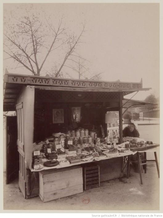 Marchande de gâteaux, Quai de la Rapée, par Eugène Atget (entre 1910 et 1912). Source
