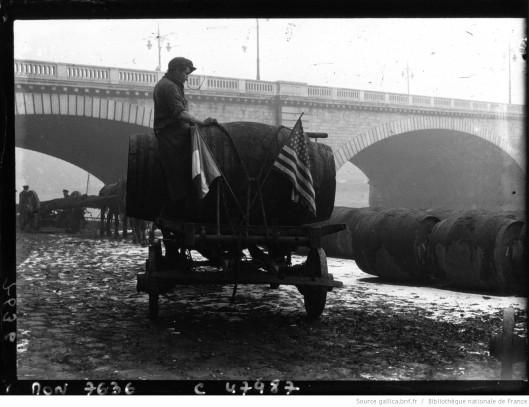 A Bercy, Halle aux vins : les marchands de vin sur un wagon-foudre ou dans un chai, fêtent l'abolition de la prohibition aux Etats-Unis. Pphotographie de Jacquet. Source
