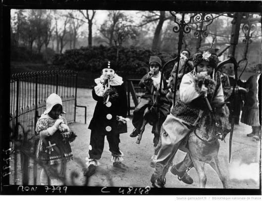 Mardi-Gras : groupe d'enfants costumés à un manège des Champs-Elysées, par Jacquet (1933). Source