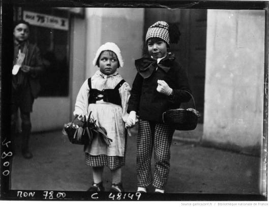 Mardi-Gras : enfants costumés sur les Boulevards, par Jacquet (1933). Source