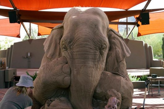 elephant-playing-chess-with-mouse-sand-sculpture-by-ray-villfane-and-sue-beatrice-1