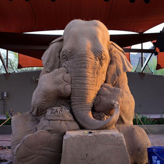 elephant-playing-chess-with-mouse-sand-sculpture-by-ray-villfane-and-sue-beatrice-6