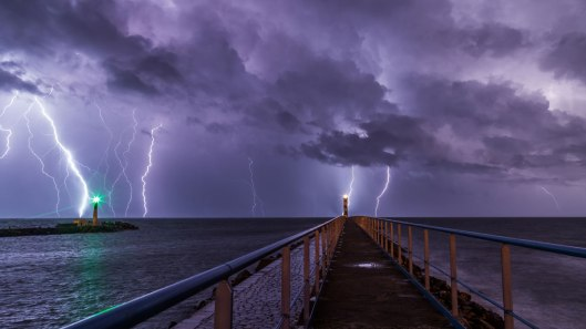 long-exposure-lightning-storm_port-la-nouvelle-france