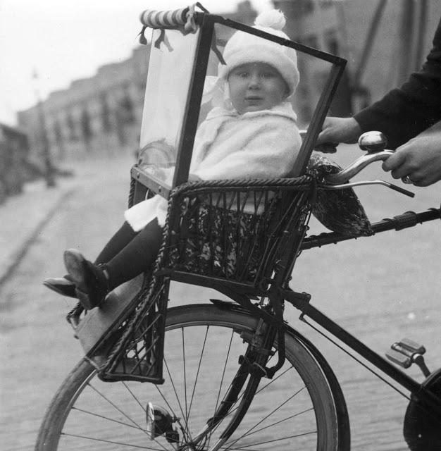 2554-5 Kinderzitje van fiets Amsterdam 1925