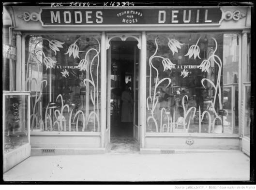 Vitrine de magasin Modes - Deuil, en 1918. Source.