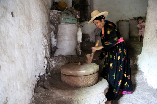 "A woman uses a stone grinder to make flour in her house in the mountains, in the Jafariya district of the western province of Raymah, Yemen May 21, 2016. REUTERS/Abduljabbar Zeyad SEARCH ""MOUNTAINTOP"" FOR THIS STORY. SEARCH ""WIDER IMAGE"" FOR ALL STORIES.  - RTSNCYY"