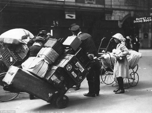 De porteurs de bagages à la station Waterloo, Londres, 1913.
