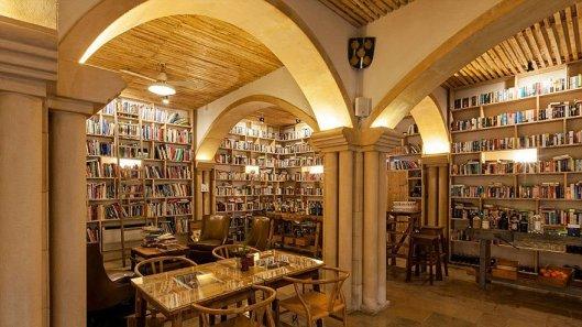 literary-man-hotel-50000-books-portugal-2-1