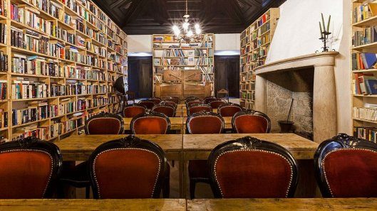 literary-man-hotel-50000-books-portugal-20-1