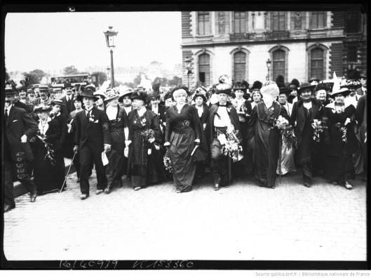 5 juillet 1914, manifestation des suffragettes, Mme Séverine en tête du cortège. Source